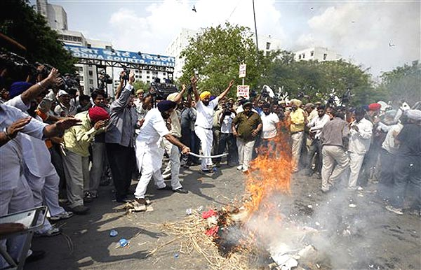 sikh protest outside courts 2 20090409.jpg
